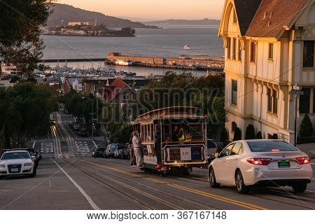 San Francisco, Usa - September 30, 2015: Powell Hyde Cable Car, An Iconic Tourist Attraction, Descen