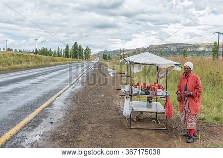 Fouriesburg, South Africa - March 20, 2020: A Female Vendor, Selling Peaches, Next To Road R26 Betwe
