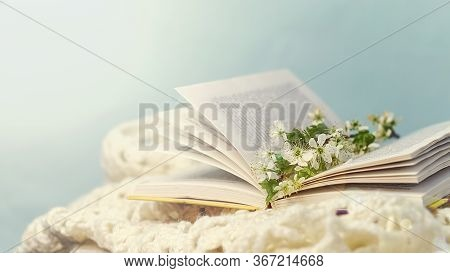 Photo Open Books With A Spring Flowers Nostalgic Romantic Mood Concept