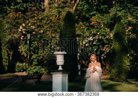 Bride In The Garden, Morning And Bride, Bride Fees, Morning Bride, White Dress, Wear Earrings.