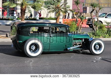 Las Vegas, Usa - April 14, 2014: Hot Rod Car Driving Along The Strip In Las Vegas. 15 Of 25 Largest