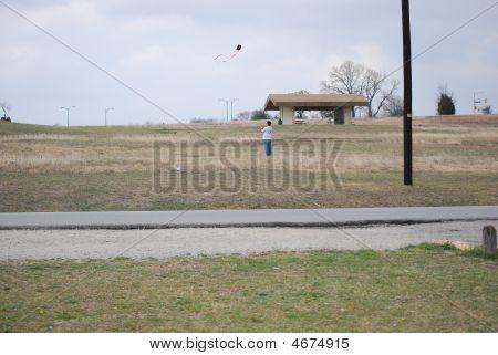 ein Mann einen Drachen fliegen