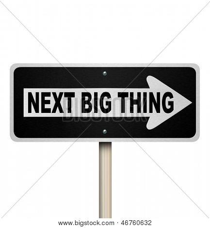 Las palabras Next Big Thing en una señal unidireccional para ilustrar una tendencia popular, moda, moda o moda