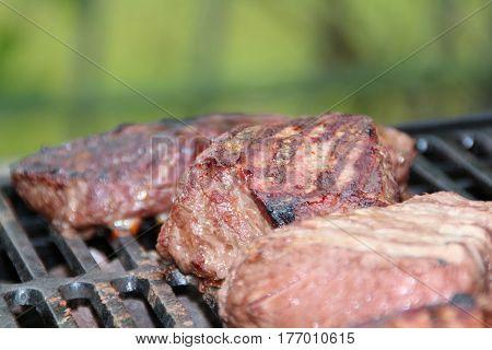 rosa rotes saftiges fleisch auf einem grill