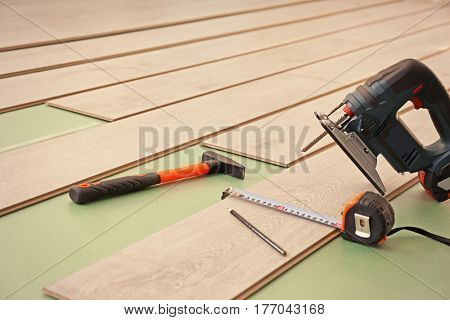 Laminate installing equipment with planks