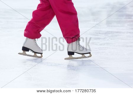the feet skating on the ice rink