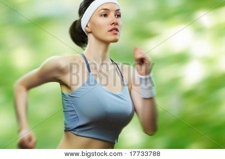 Mädchen im Sport auf die Natur