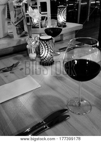 dineren met wijn, tafel restaurant met wijn