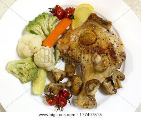Oven grilled chicken leg and mushrooms, served with steamed cauliflower, courgette,carrot, cherry tomatoes and romanesco broccoli.