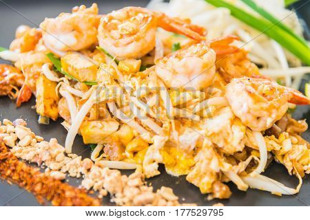 Thai noodles with shrimp and vegetable .