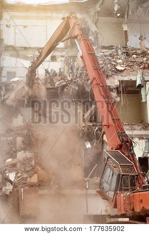 Special machine demolishes house in the city