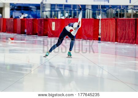 dynamic female speed skater competition in speed skating