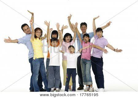 asiatischen Familie glücklich zusammen posieren
