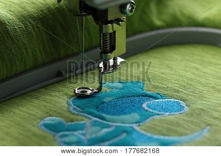 Embroidery with embroidery machine - comic dog application - satin stitch border with visible frame