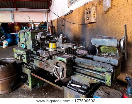 Old Lathe Has Rust In The Factory
