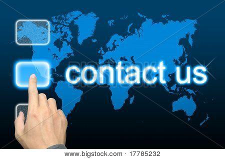 Geschäftsmann Hand drücken kontaktieren Sie uns-Taste auf ein Touch-Screen-Oberfläche