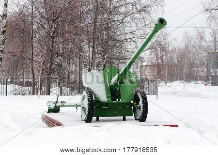 memorial in the form of an artillery gun on a pedestal in the winter season in g.Semenov