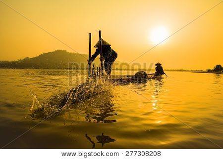 Fisherman On Boat River Sunset - Asia Fisherman Bamboo Fish Trap On Wooden Boat Sunset Or Sunrise In
