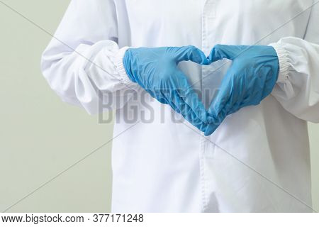 Doctors Wear Uniforms And Surgical Gloves Make The Heart To Send Encouragement During The Outbreak O