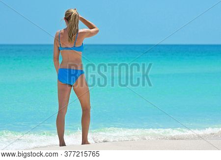 Holmes Beach, Anna Maria Island, Fl / Usa - May 1, 2018: Beautiful Young Woman Taking A Leisure Walk