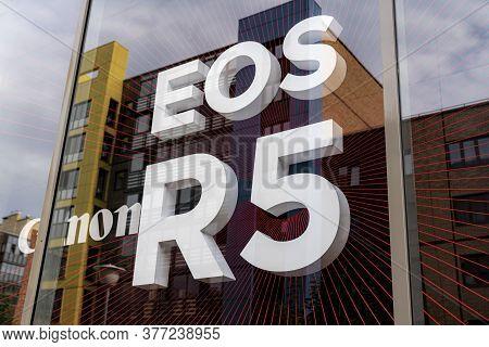 Krasnoyarsk, Russia, July 20, 2020: Canon Eos R5 - Logo New Japanese Camera, In The Window Of A Phot