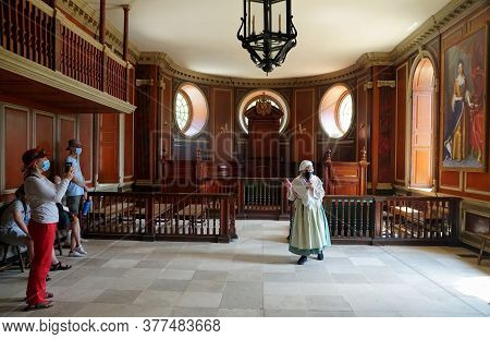 Williamsburg, Virginia, U.s.a - June 30, 2020 - The Tour Guide Inside The Capitol Building Wearing M