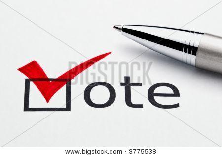 rotes Häkchen in Abstimmung Checkbox, Pen liegend auf Wahlzettel