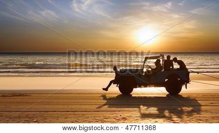 Silhouette eines Autos bei Sonnenuntergang am Indischen Ozean.