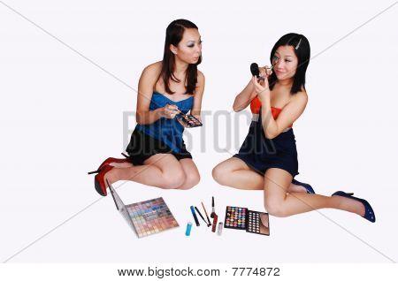 Zwei chinesische Mädchen Make-up zu tun.
