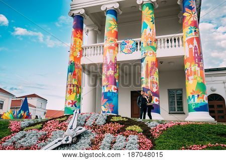 Minsk, Belarus - September 3, 2016: Young Couple Standing Near Old Minsk City Hall On Freedom Square Hall In Sunny Evening. Town Hall