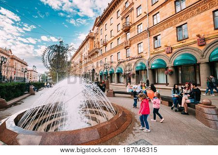 Minsk, Belarus - September 3, 2016: Children Play Near A Fountain. People Resting Walking On Lenin Street In Summer Evening.