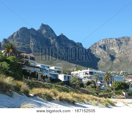 CAMPS BAY, CAPE TOWN SOUTH AFRICA, WITH DEVILS PEAK IN THE BACK GROUND 21hcj