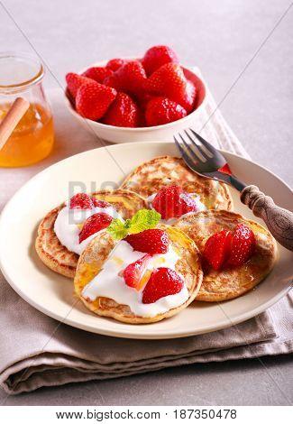 Scottish oat pancakes with honey and strawberry