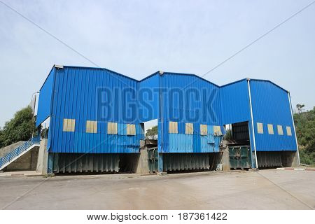 Waste transfer station for mixed municipal solid waste