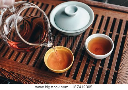 Chinese tea ceremony with puerh tea, Filling the tea bowl with tea