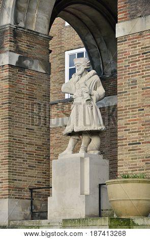 Elizabethan Seaman Statue