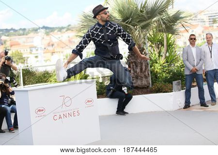 JR attends the 'Faces, Places (Visages, Villages)' photocall during the 70th annual Cannes Festival at Palais des Festivals on May 19, 2017 in Cannes, France.