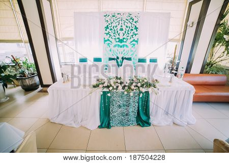 The horizontal view of the wedding table set in blue and white colours