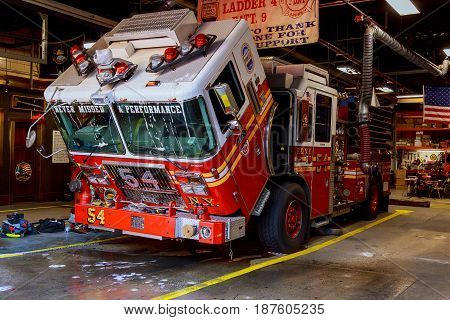 New York City, Usa - 04, 2017 : Fdny Fire Truck Backs Into Garage. Ladder 30 Shares A House With Eng