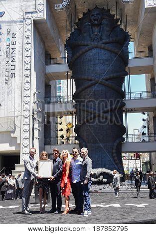 LOS ANGELES - MAY 20:  Tom Cruise, Sofia Boutella, Annabelle Wallis, Jake Johnson and Alex Kurtzman arrives for
