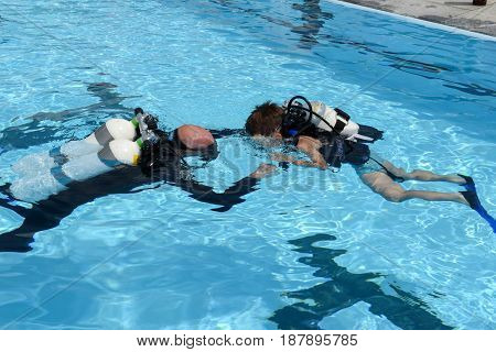 Childrens Discover Scuba Diving On A Swimming Pool