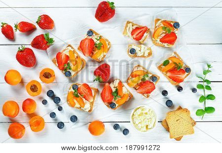 Tasty Strawberry Apricot Blueberry Crisp Toasts