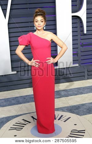 BEVERLY HILLS - FEB 24: Sarah Hyland at the 2019 Vanity Fair Oscar Party at The Wallis Annenberg Center for the Performing Arts on February 24, 2019 in Beverly Hills, CA