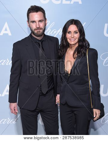 LOS ANGELES - FEB 21:  Courteney Cox and Johnny McDaid arrives for the UCLA Hollywood for Science Gala on February 21, 2019 in Los Angeles, CA