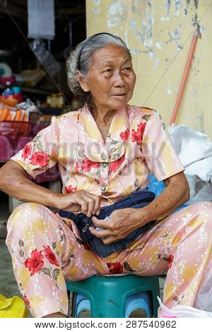 Tuaran, Sabah, Malaysia-january 25,2018: Street Photo View Of Portraiture  Elder Picture Sale Fruit
