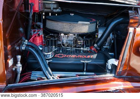Albuquerque Usa September 19 2015; Under The Bonnet Of Vintage American Cars In Plaza Albuquerque, N