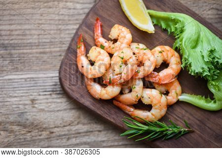 Seafood Shelfish With Rosemary Lemon And Lettuce / Salad Shrimp Grilled Delicious Seasoning Spices O