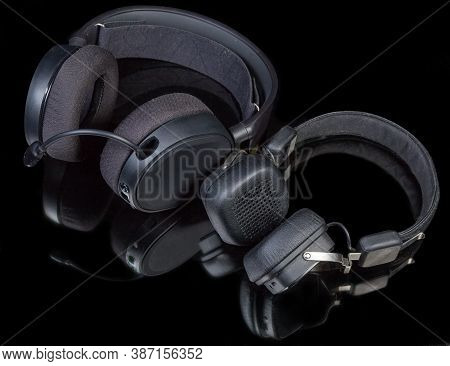Black High-fidelity Headset With Earpads Circumaural Type And Headphones With Earpads Supra-aural Ty