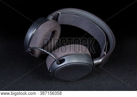 Black High-fidelity Headset With Full Size Earpads And Microphone On A Dark Background