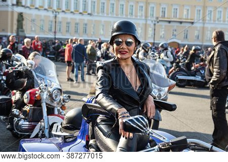 St Petersburg, Russia-september 26, 2020: Performance Of Stunt Riding Skills On The Palace Square Du